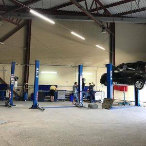 ремонт автомобиля на посте